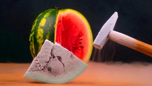 冻西瓜有多脆?用铁锤轻轻一敲眼见为实
