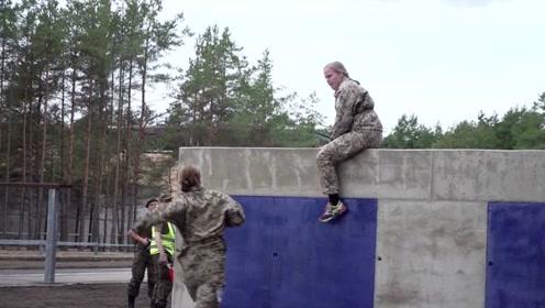 国外女兵水障碍和陆地障碍训练,这是真女汉子,好腻害!