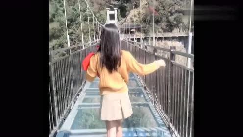 第一次带女友走玻璃栈道,没想到竟是这场景,真是小瞧你了!