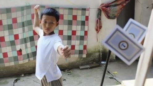 11岁小学生看电影自学飞牌绝技,四年练坏400副扑克