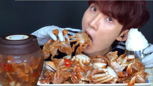 小伙真是作死,螃蟹直接生吃,让人开眼界了