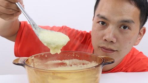 奇葩小伙把方便面全部打成粉末,最后炖成一碗汤,吃一次就上瘾