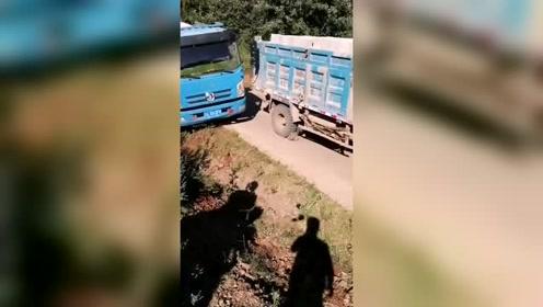 满载大货车会车走路边,有点冒险!