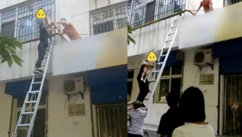 捡回一命!父母不在家,2岁男童4楼坠下摔露台,市民搭梯救起