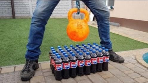 小伙把1000度高温壶铃,放在可乐上,接触瞬间火花四射!