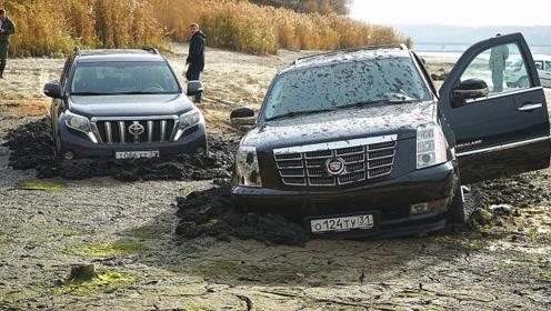 遇到一片沼泽,才知道路虎和丰田的差别有多大?看仔细了