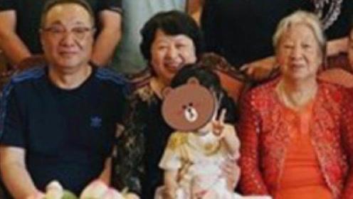 黄晓明杨颖全家福来袭,小海绵对镜比V超萌,爷爷奶奶笑得好开心