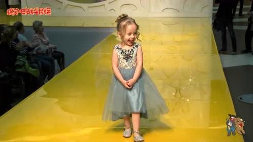 外国3岁小萌娃第一次走秀 揣着手手刚上台 观众就笑了