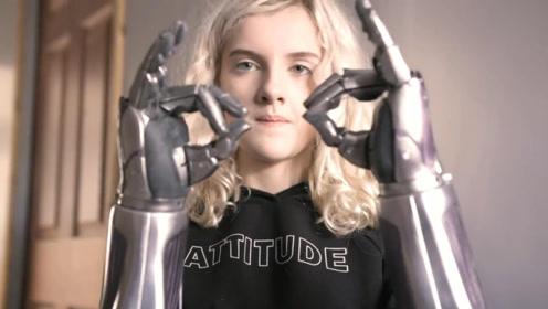 小女孩从小失去双臂,借助3D仿生手臂过上正常生活,成为化妆师