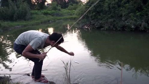 这河里的资源太好了,小伙垂钓两小时就上几斤鱼,太刺激了