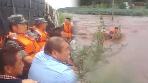 暴雨淹没村庄!民警驻军联手救26人,大喊相信我们