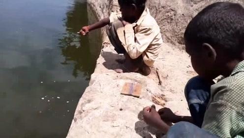 这两个非洲儿童钓鱼,渔具和我们小时候一样的标配,只是没他们黑