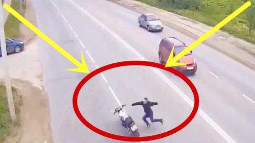 摩托车小伙这姿势,引起了小轿车的注意,一脚油门怼了上去!