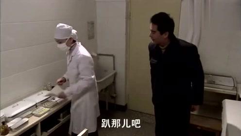 小伙找女医生打针,把女医生吓一跳,女医生:别都脱,脱一半就行