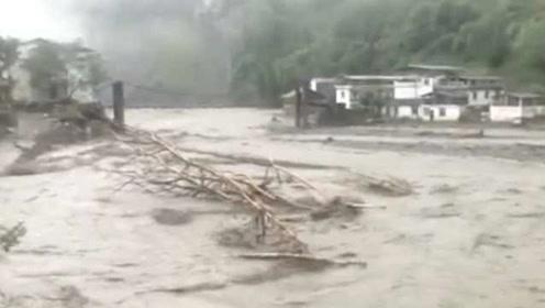 汶川暴雨洪水直逼眼前,2游客执意回客栈休息,河水激涨被困