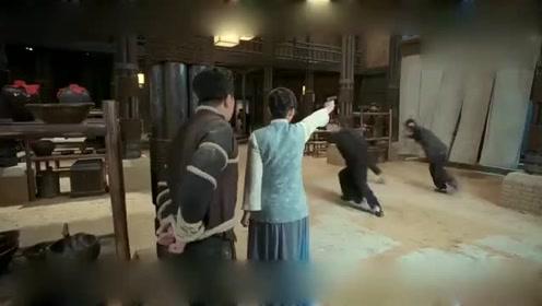 娘道二嫂保护小叔子, 可惜枪法差点, 并没有打到仇人!