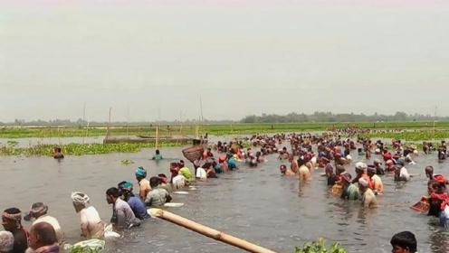 封存50年水库泄洪后,却出现这样的事情,整个村子的人都来了!