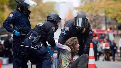 """美国街头出现一道""""靓丽的风景线"""" 警方大举出动"""