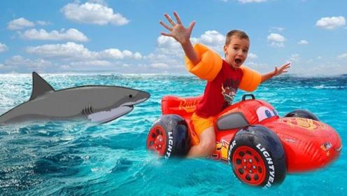 萌娃和妈妈去海滩玩,海里竟然有鲨鱼,他们该怎么办