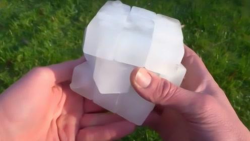 世界上最简单的魔方,奇葩老外用冰块做成,网友:活久见