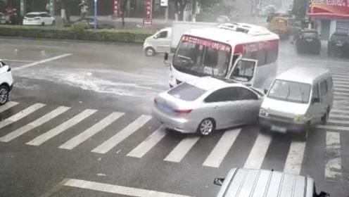 监控:中巴车急刹不止,漂移180度:连撞2两车溅起水花1米高