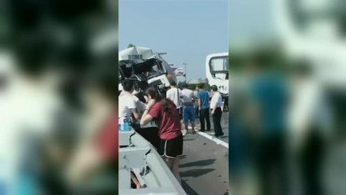 济聊高速一危险品大罐车与两客车追尾 现场一片狼藉