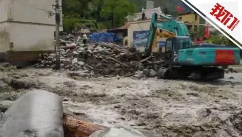 四川暴雨致泥石流灾害 百名游客滞留景区沿线一路遇险