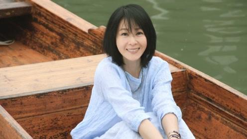 刘若英再次与乌镇邂逅,穿着白裙漫步古镇,温柔雅致越发有仙气