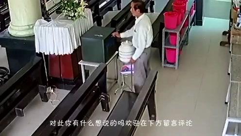 男子来到教堂,发现四周无人,竟把手伸向了捐款箱!