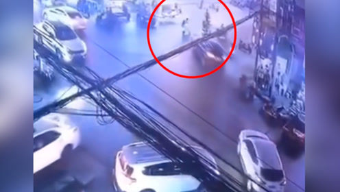 监拍!江苏泰州一男子酒驾发生车祸 连撞5辆汽车6辆电动车