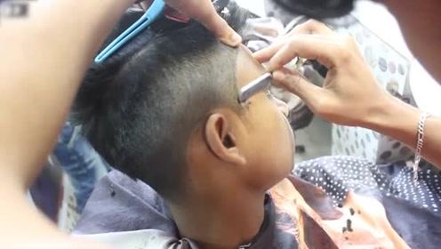 小伙子把中间头发夹起来,两边刻出分界线后,个性又帅气!