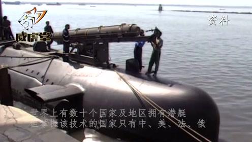 实拍中国潜舰导弹发射,2枚导弹窜出水面,命中靶船掀起巨大水柱
