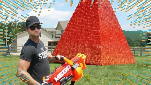 男子将十万个杯子叠成金字塔,作死用枪射击,3秒后腿软了!