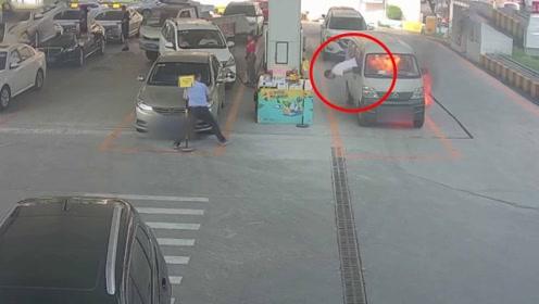 面包车加油突然自燃 司机惊慌从窗户一头栽出