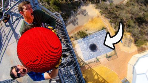 从高塔抛下五千个积木拼成的巨球,落地爆开的声音太舒服了!