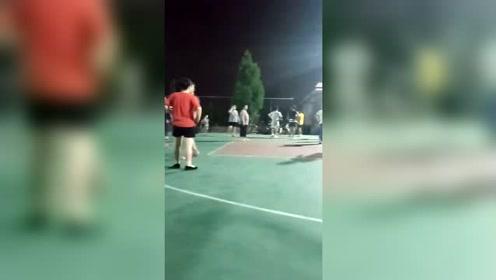 广场舞大妈与篮球少年的地盘之争,少年败北