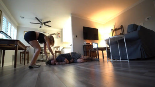 男子假装晕倒测试女友,下一秒她的反应让人感动,镜头记录全过程