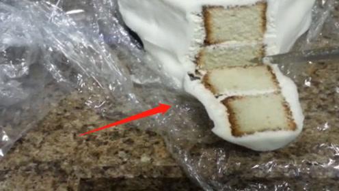 一个结婚蛋糕吃了49年,夫妻打算用蛋糕屑继续,网友:没坏?