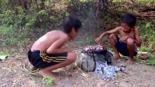 俩熊孩子荒野生存:用石板烤章鱼,吃的津津有味,开眼界了