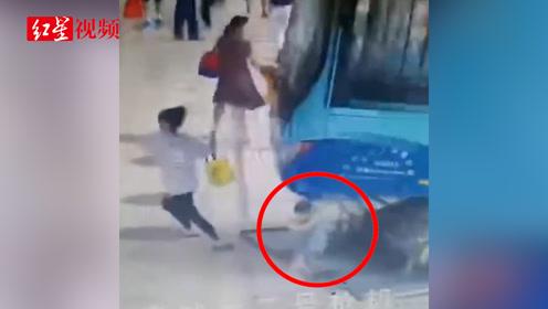 一公交车冲进候车区 险些碾压一小孩 公交公司:系司机操作不当