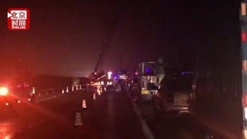 广东一大巴高速侧翻致7死11伤:事发雨天深夜  车上超载3人