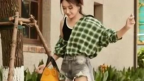 杜若溪绿色格子衬衫清爽活力 热裤搭短靴秀美腿