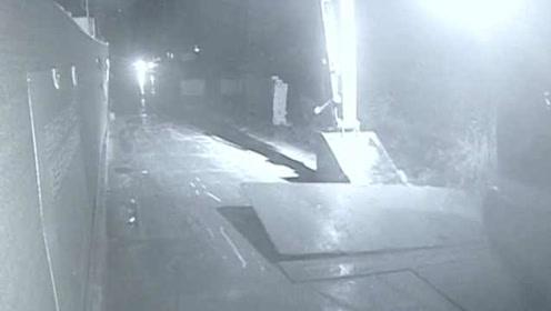济南3名小伙开挖掘机盗走14吨钢板,5万元卖给废品店