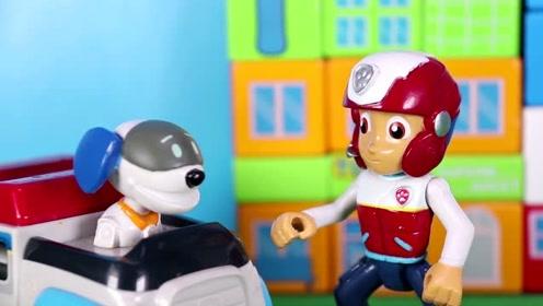 最近小镇出现一个神秘人 他把汪汪队的工作全都做完了 玩具故事