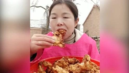 """吃播小刘直播吃""""炸丸子"""",农村人都吃过的美食,我都好久没吃了"""
