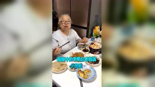 李明启朗诵诗歌声音洪亮,83岁满头银发身体硬朗