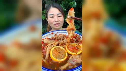 农村阿姨吃无骨鸡爪,女儿在身后一直辣的吸凉气,看来是还想吃
