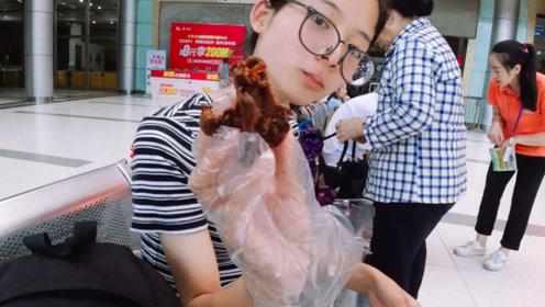 重庆北站买了3盒周黑鸭,一共花了65,美女吃着真香!