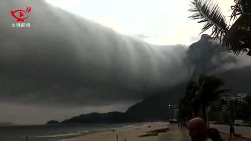 巴西海滩突现龙卷风般的诡异云团,游客惊慌逃离