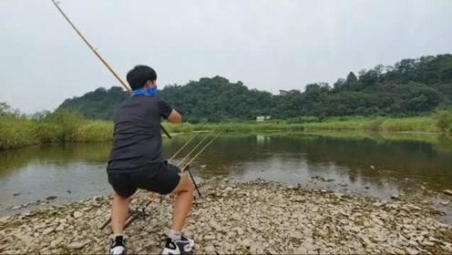 清又浅的水里用筏竿钓,连上两条鲤鱼